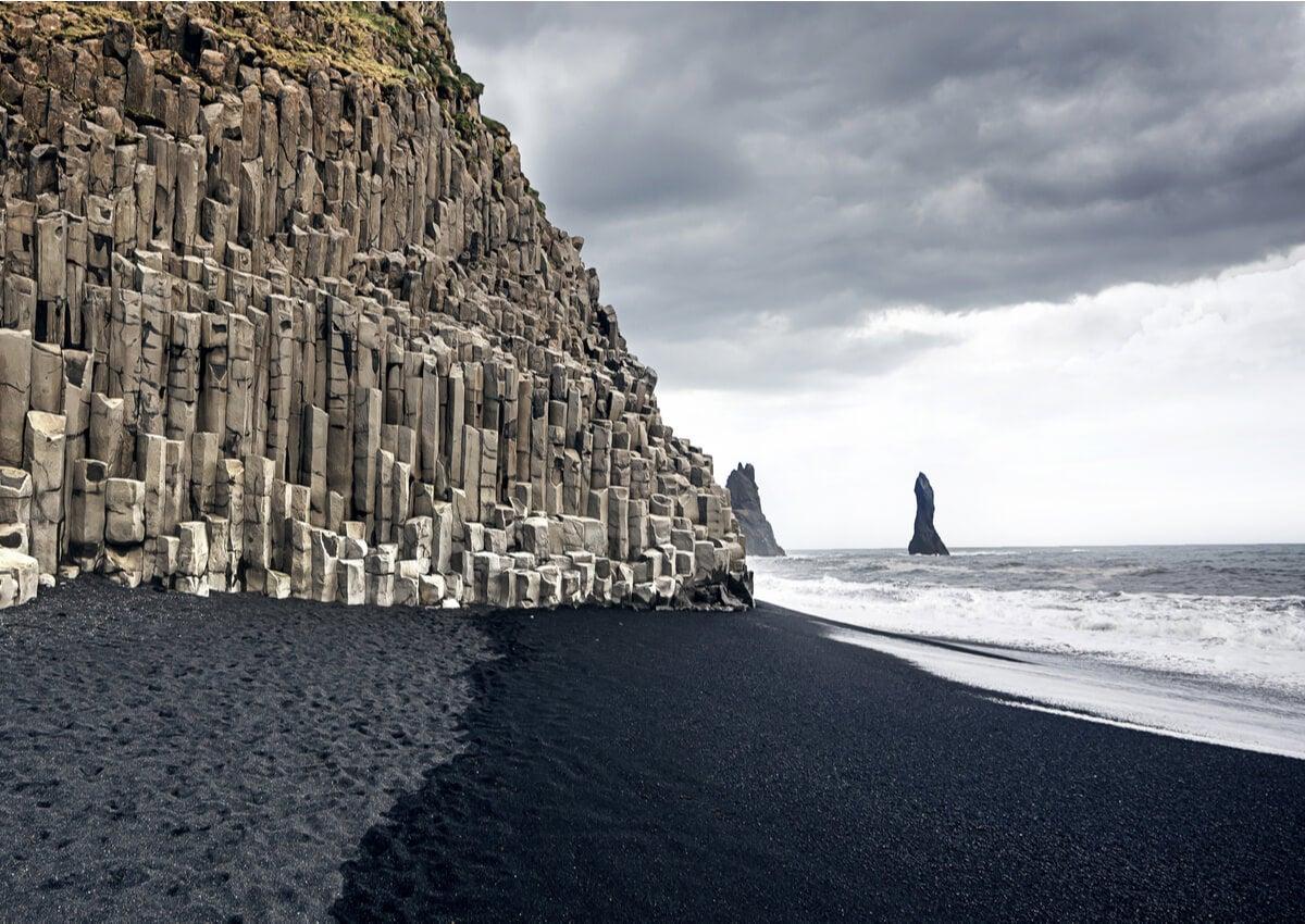Playa Reynisfjara y sus arenas negras en Islandia.