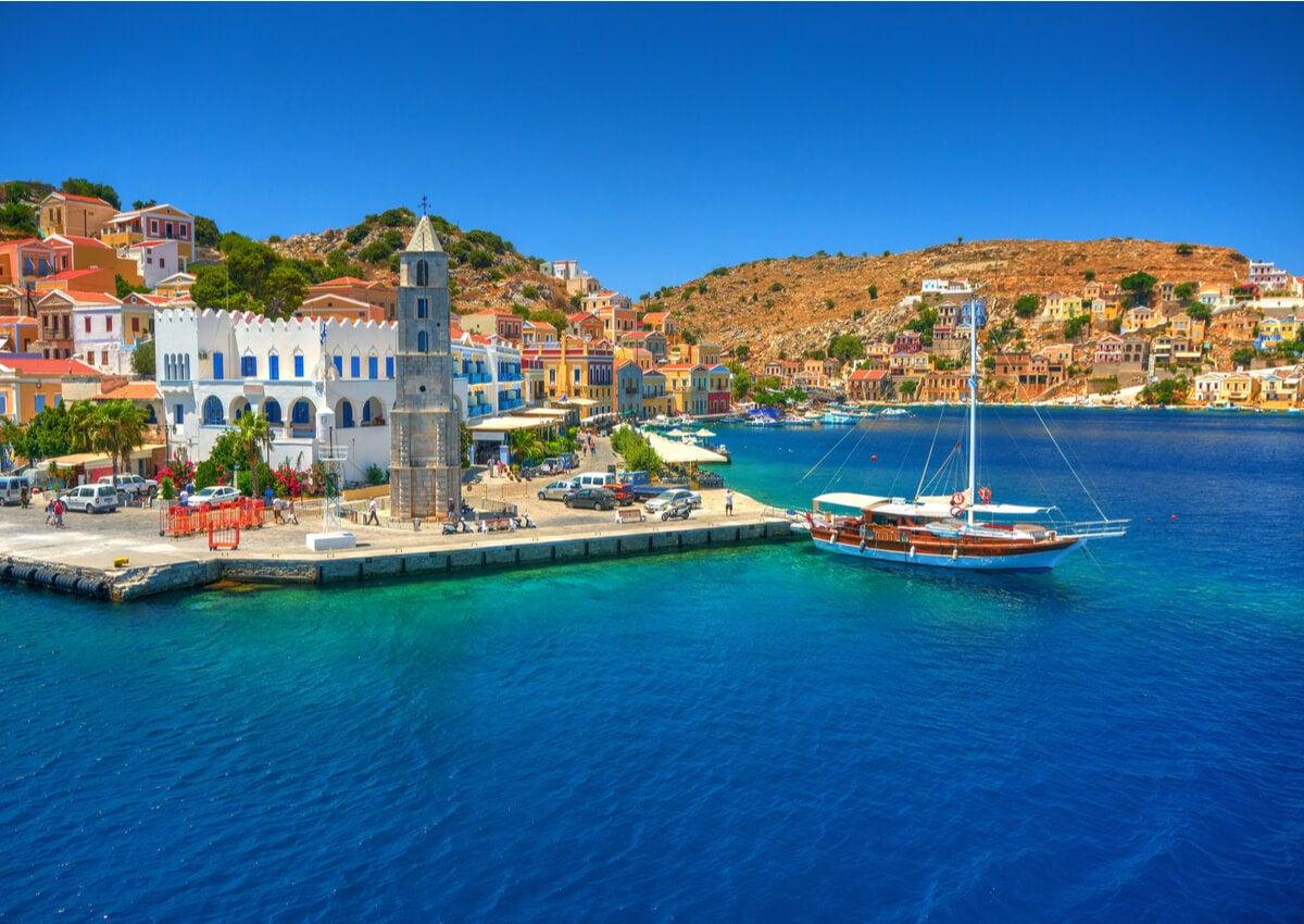 Costa de Symi, una hermosa isla en Grecia.