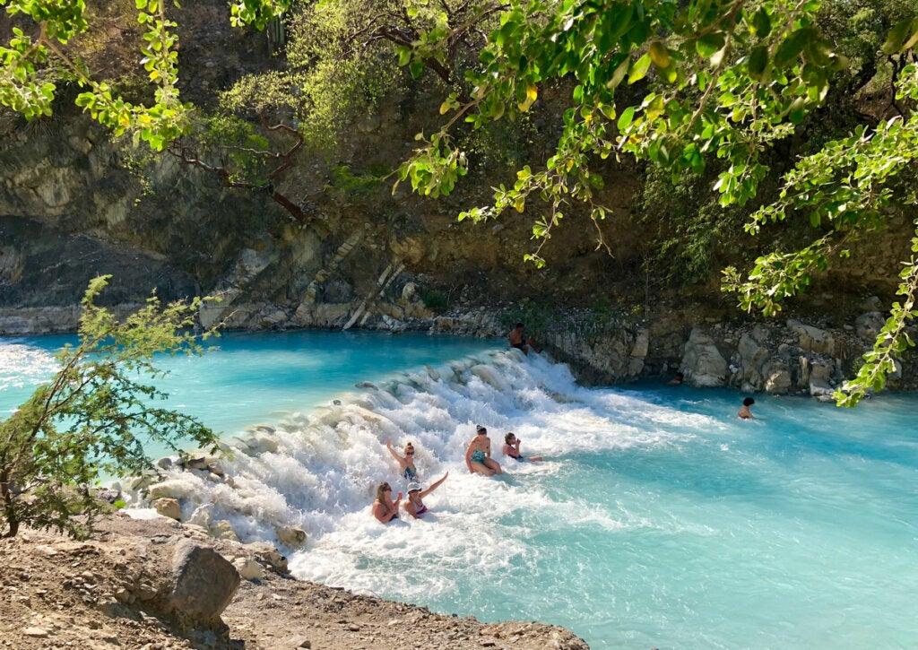 Turistas bañándose en el Río Tolantongo.