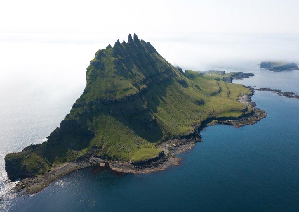La isla de los picos en las Islas Feroe es un verdadero atractivo natural.