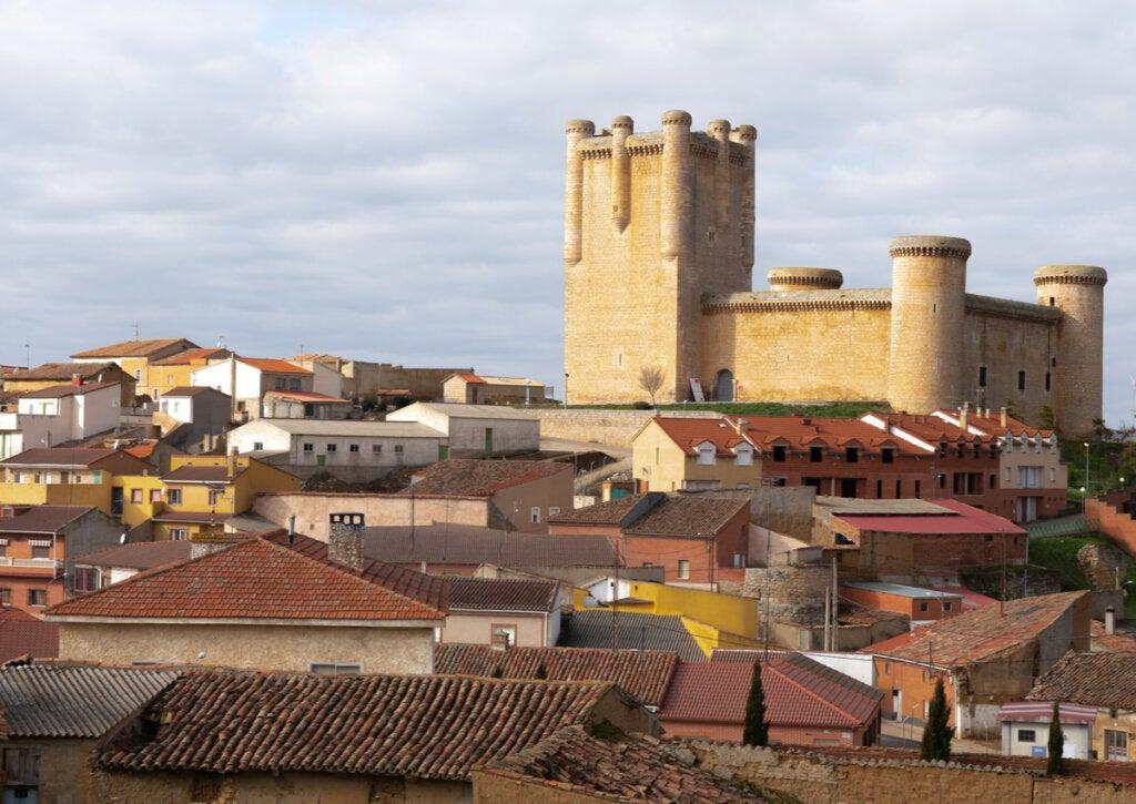 Vista panorámica del pueblo y el castillo de Torrelobatón.