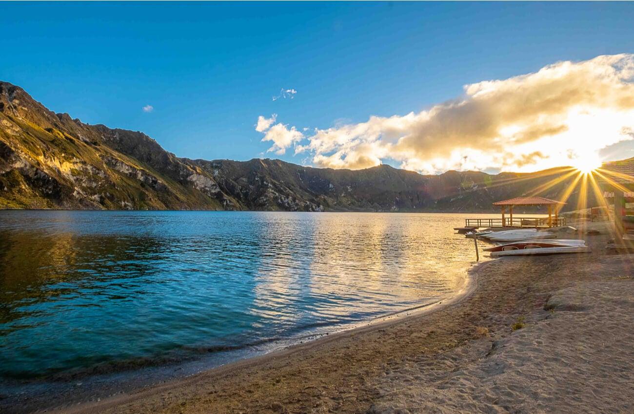 Hermosa vista de la laguna Quilitoa durante el amanecer.