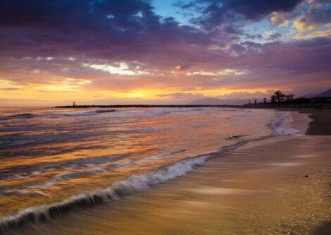 Hermoso atardecer en la playa de Cabopino, Marbella.