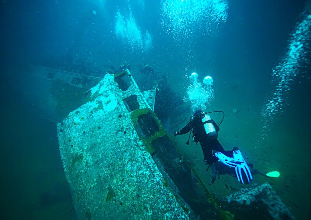 Buceo cerca de un barco hundido en el Triángulo de las Bermudas.