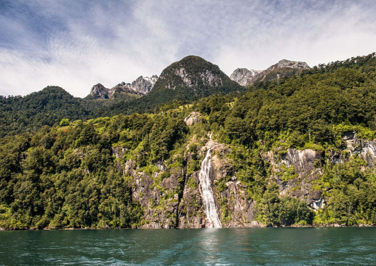Una cascada ubicada en el Parque Nacional Vicente Pérez Rosales, en Chile.
