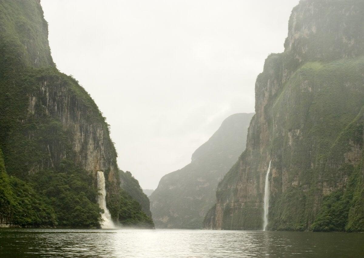 Dos cascadas en los laterales del Cañón del Sumidero.