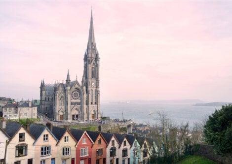 La catedral de Cobh es uno de los íconos de esta ciudad irlandesa.