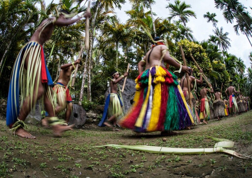 Habitantes de Micronesia realizando una de sus danzas ancestrales.