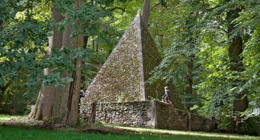 Pirámide ubicada en los jardines del Désert de Retz.