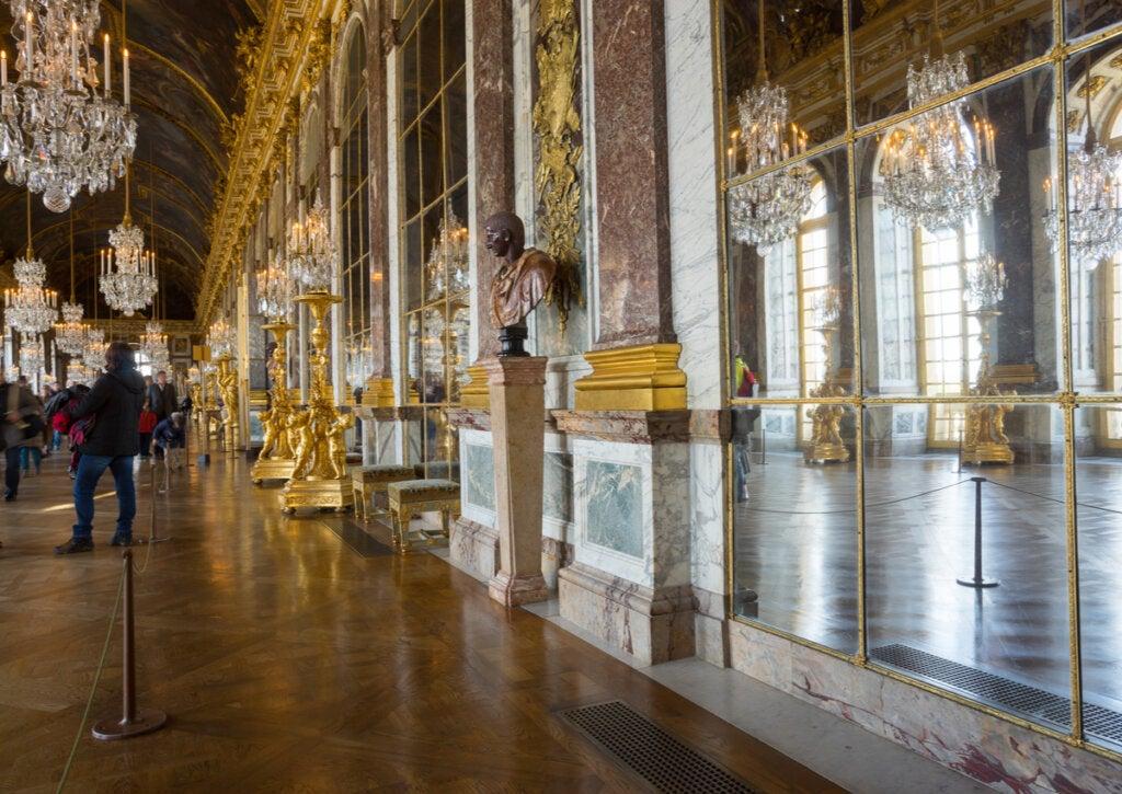 La bella Galería de los Espejos en el Palacio de Versalles.