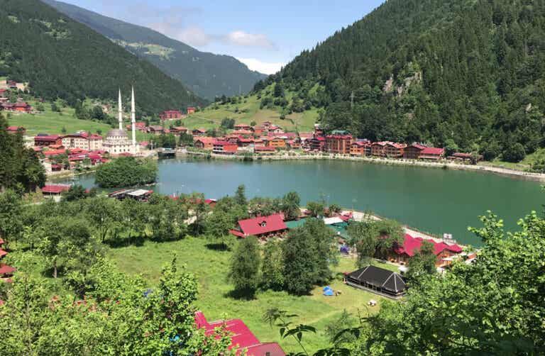 Lago y la aldea de Uzungol en Turquía