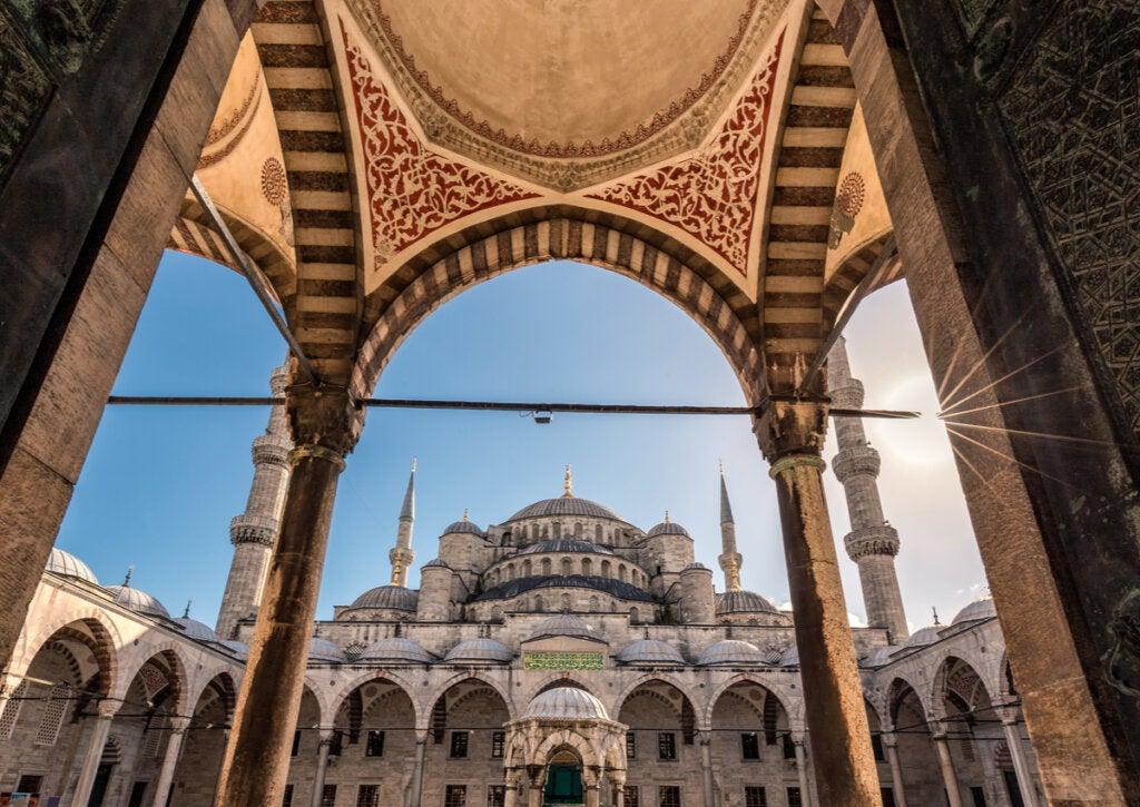 Una de las bellas galerías de la Mezquita de Solimán.