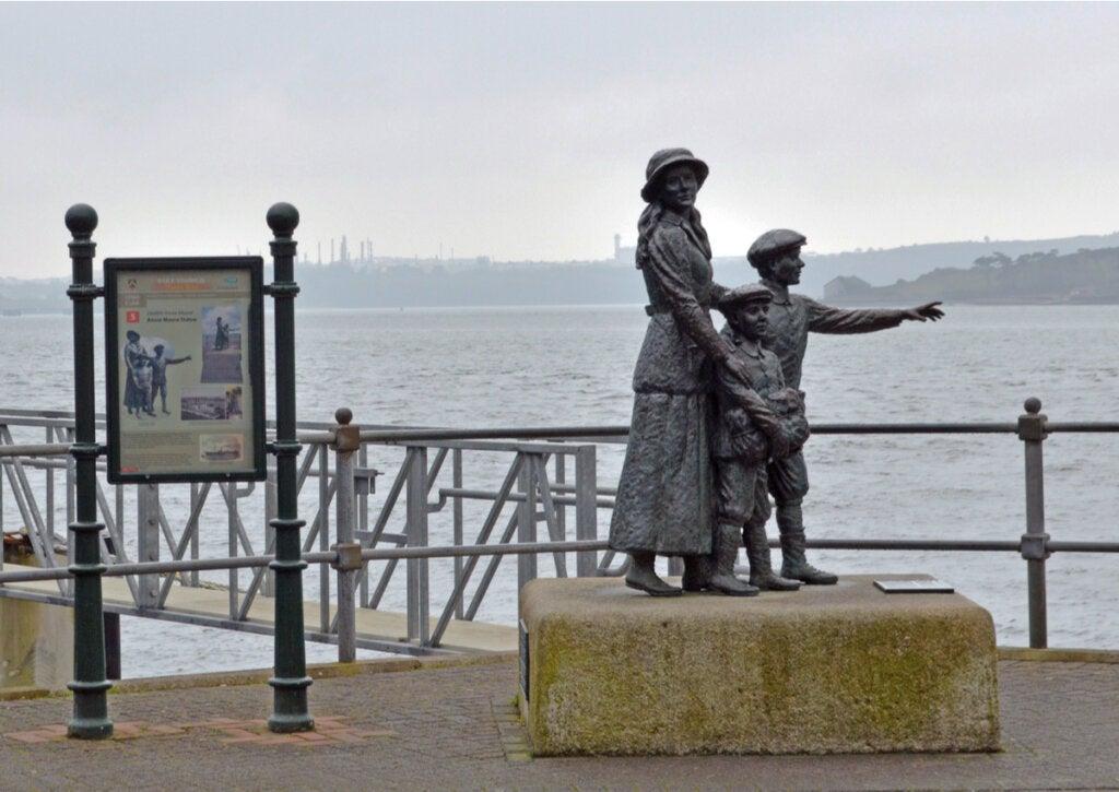 La estatua de Annie Moore es una de las que conmemora a los inmigrantes en esta ciudad irlandesa.