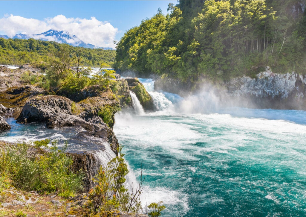 Los saltos de Petrohué están rodeados por una belleza natural increíble.