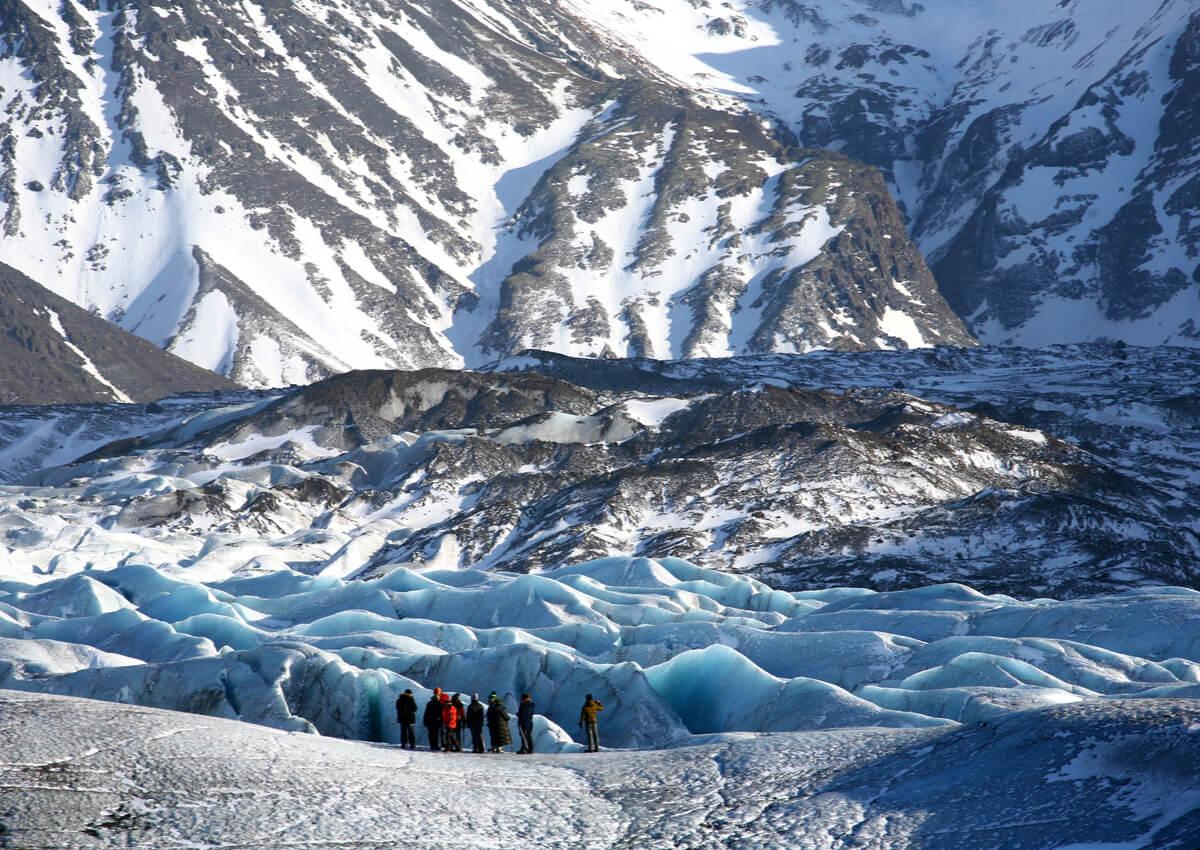 Grupo de personas haciendo senderismo en el glaciar Skaftafell.
