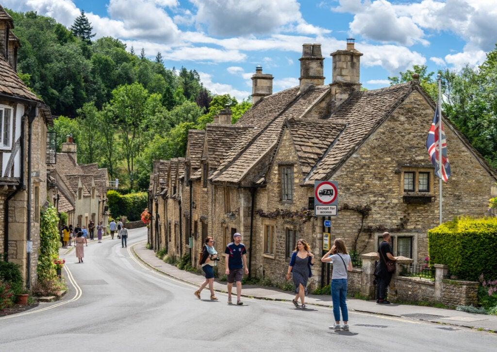 Turistas paseando por las bellas calles de Castle Combe.