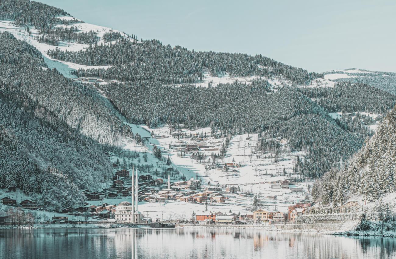 El lago Uzungol se cubre de nieve durante el invierno.