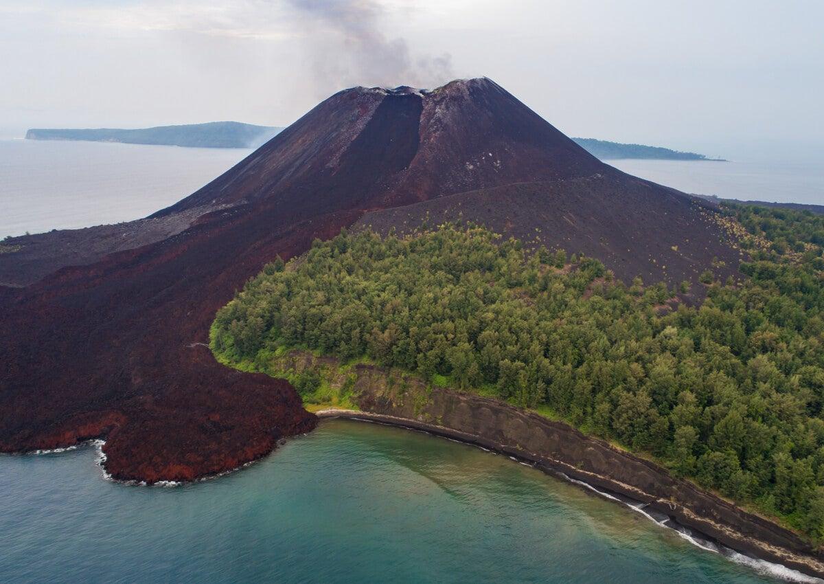 El famoso volcán Krakatoa forma parte del Parque Nacional Ujung Kulon.