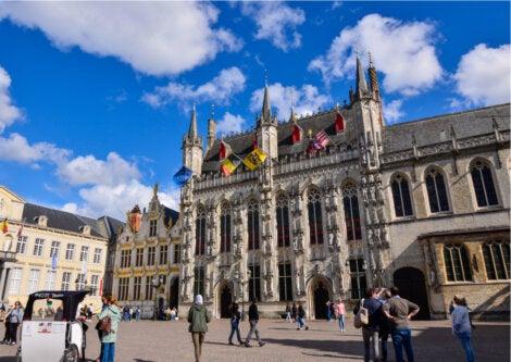 El ayuntamiento de Brujas en Bélgica es un edificio de estilo neogótico.