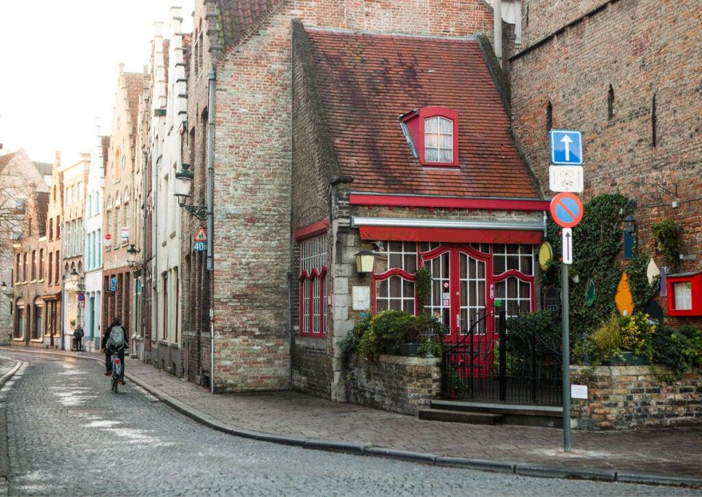 Una calle común de Brujas, en Bélgica.