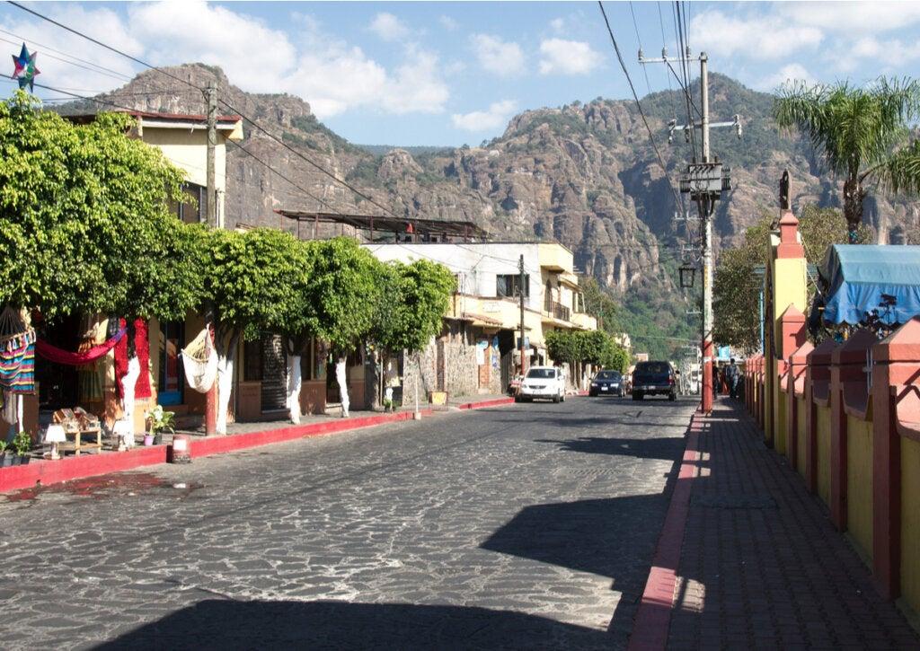 Las calles de Tepoztlán se conjugan con su fabulosa geografía.