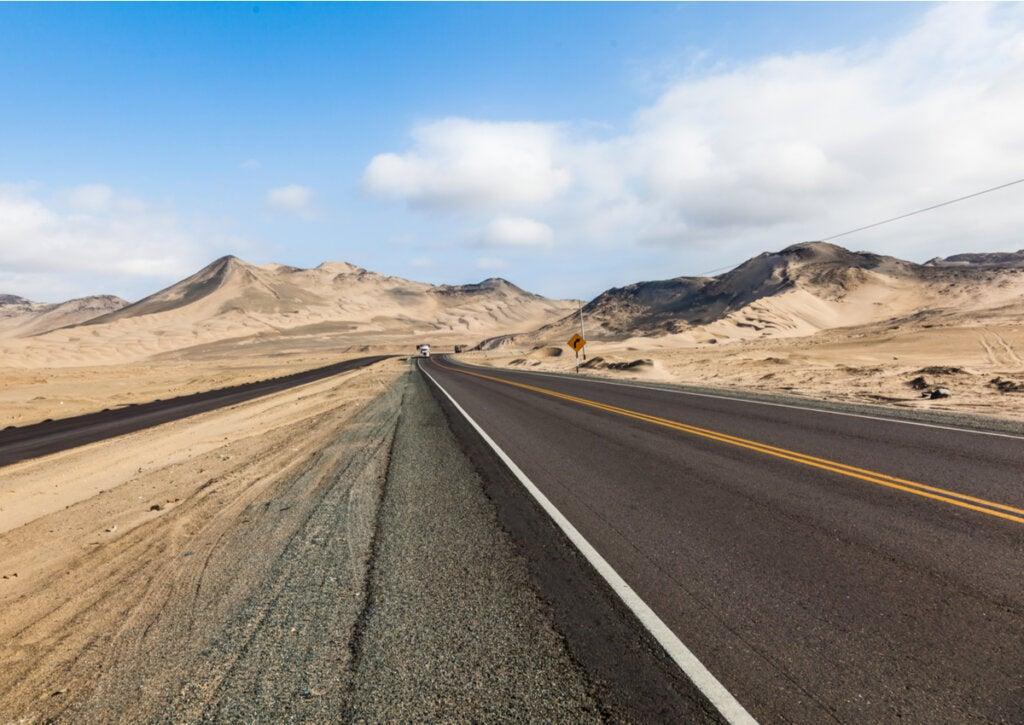 La carretera Panamericana atravesando el desierto en Perú.