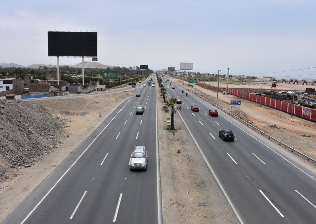 Trayecto de la carretera Panamericana en Lima, Perú.