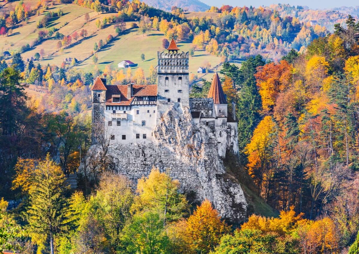 El Castillo de Transilvania en Rumania es otro de los grandes destinos para ir en otoño.