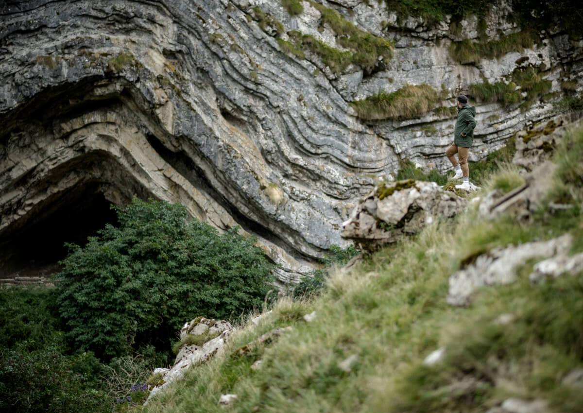 Turista posando en la entrada de la cueva Arpea.