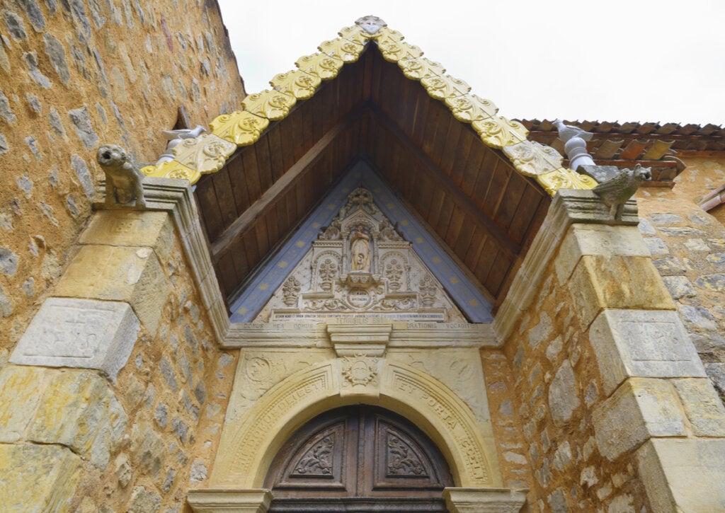 En la entrada de la iglesia de este pueblo francés hay una aterradora leyenda en latín.