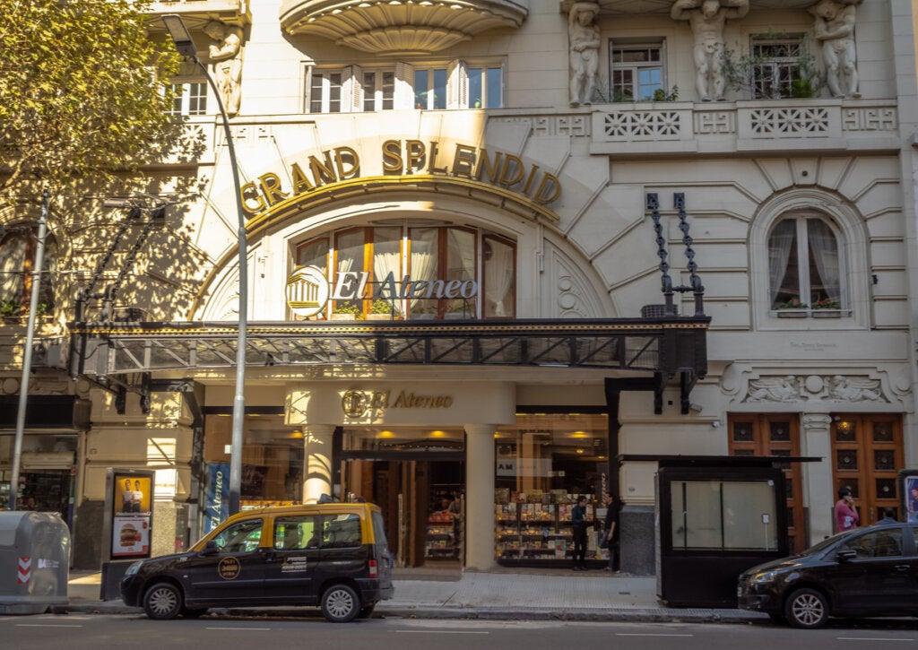Frente de una las librerías más bonitas del mundo.