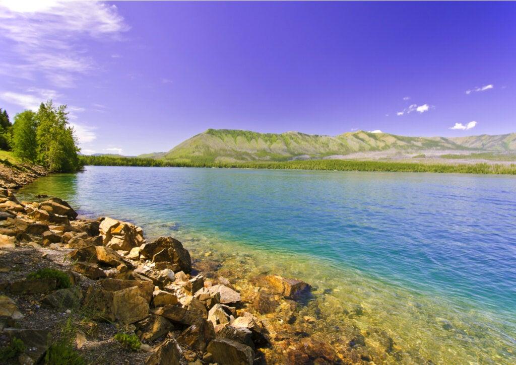 Las aguas cristalinas del lago Flathead, en Montana