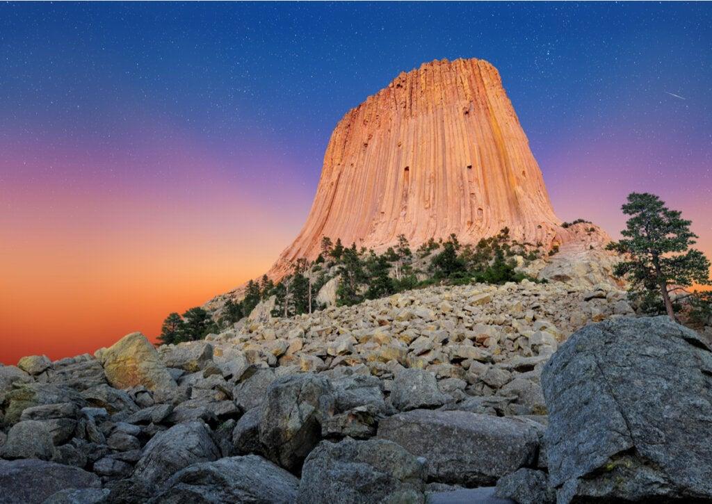 El Monumento Nacional Torre del Diablo guarda relación con las estrellas, según la mitología..