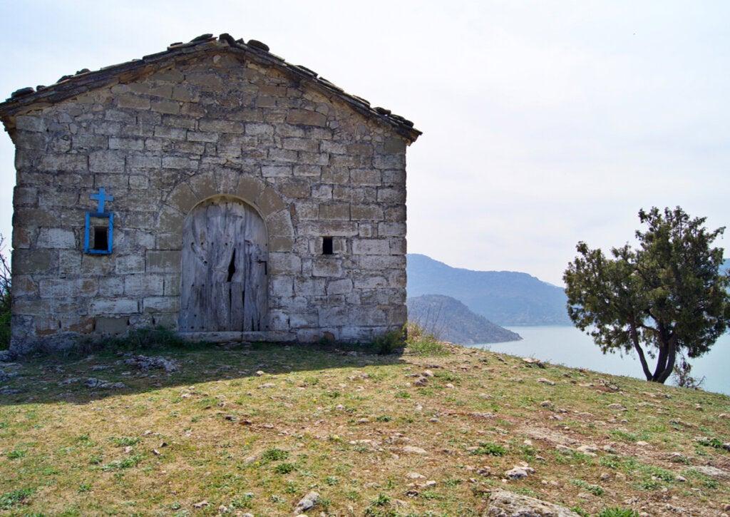Desde la ermita San Marcos hay una vista imponente de la muralla de Finestres.