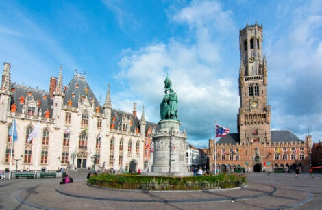 La plaza del mercado, el ayuntamiento (izquierda) y el campanario (derecha) en Brujas.
