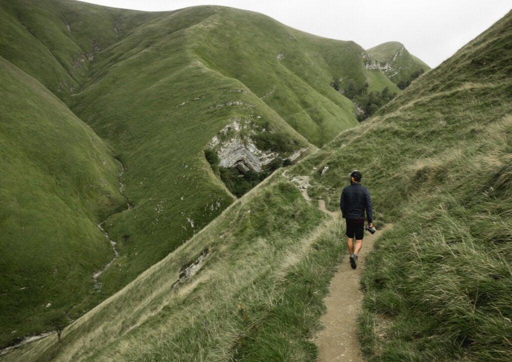 Turista haciendo senderismo por los Pirineos.