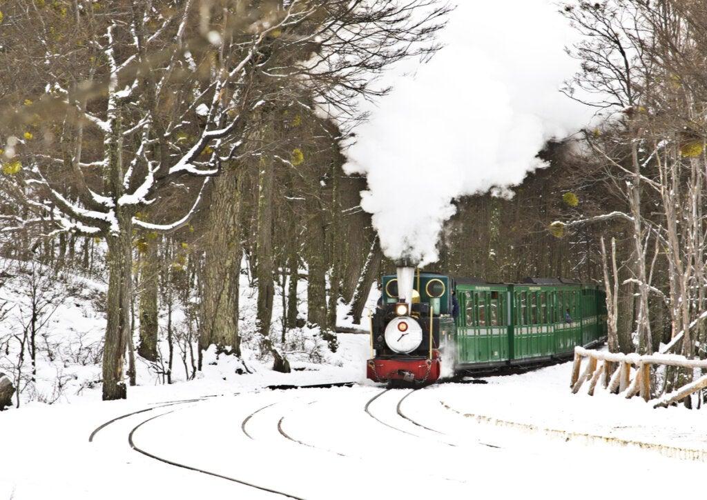 El Tren del Fin del Mundo haciendo un recorrido por la nieve.