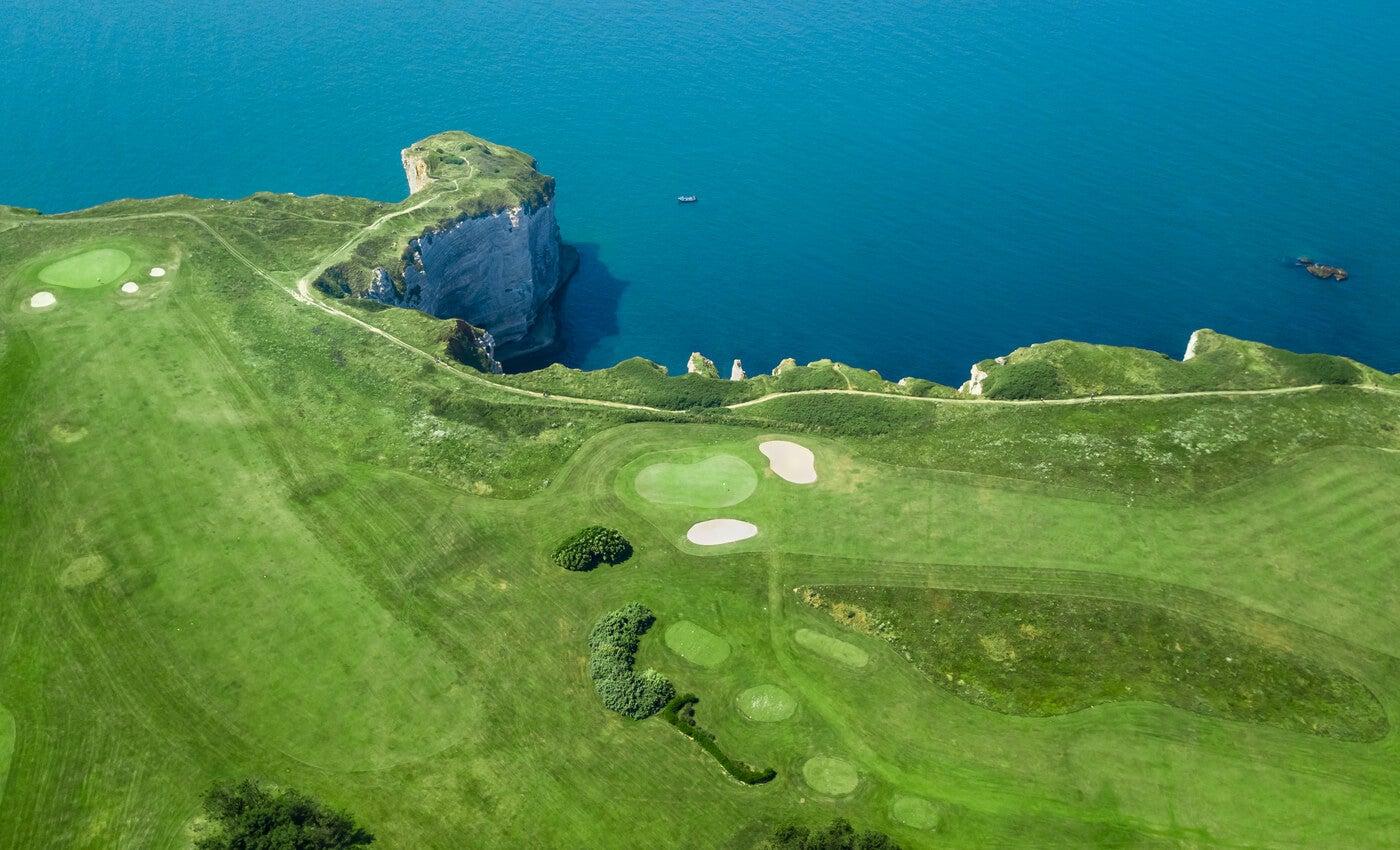 Imponentes campos de golf a los lados de los acantilados de Étretat.