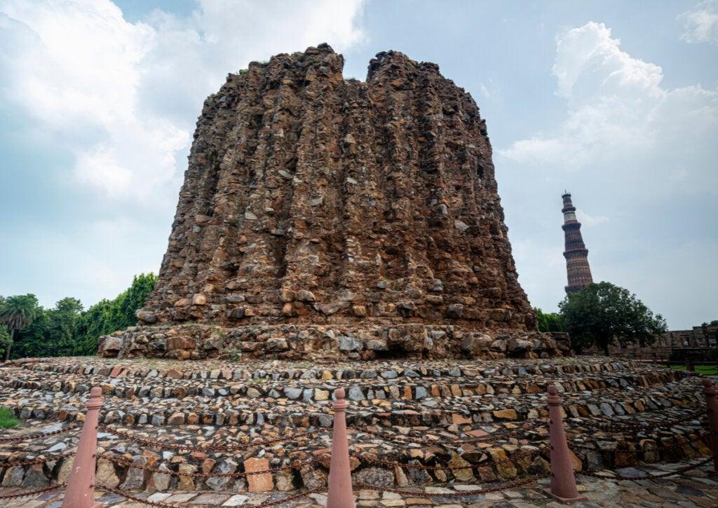 El Alai Minar inconcluso contrasta con la inmensidad del Qutb Minar.