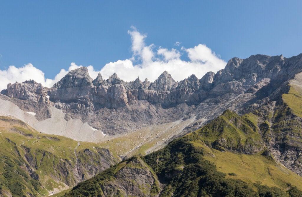 Vista lejana de la falla tectónica de Suiza.