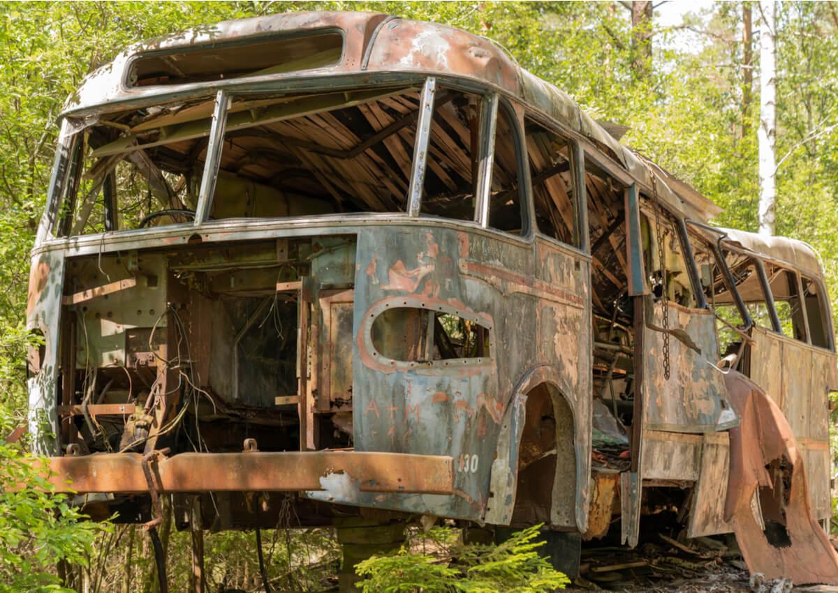 Un autobus abandonado en el cementerio de coches de Kyrko.