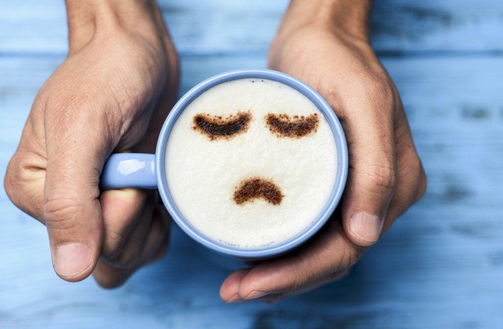 Taza triste que representa las emociones generadas por el Blue Monday.