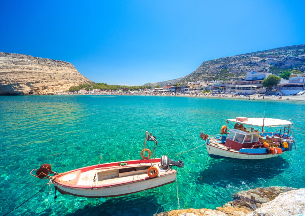 Botes en las orillas de las aguas en la Playa de Matala.