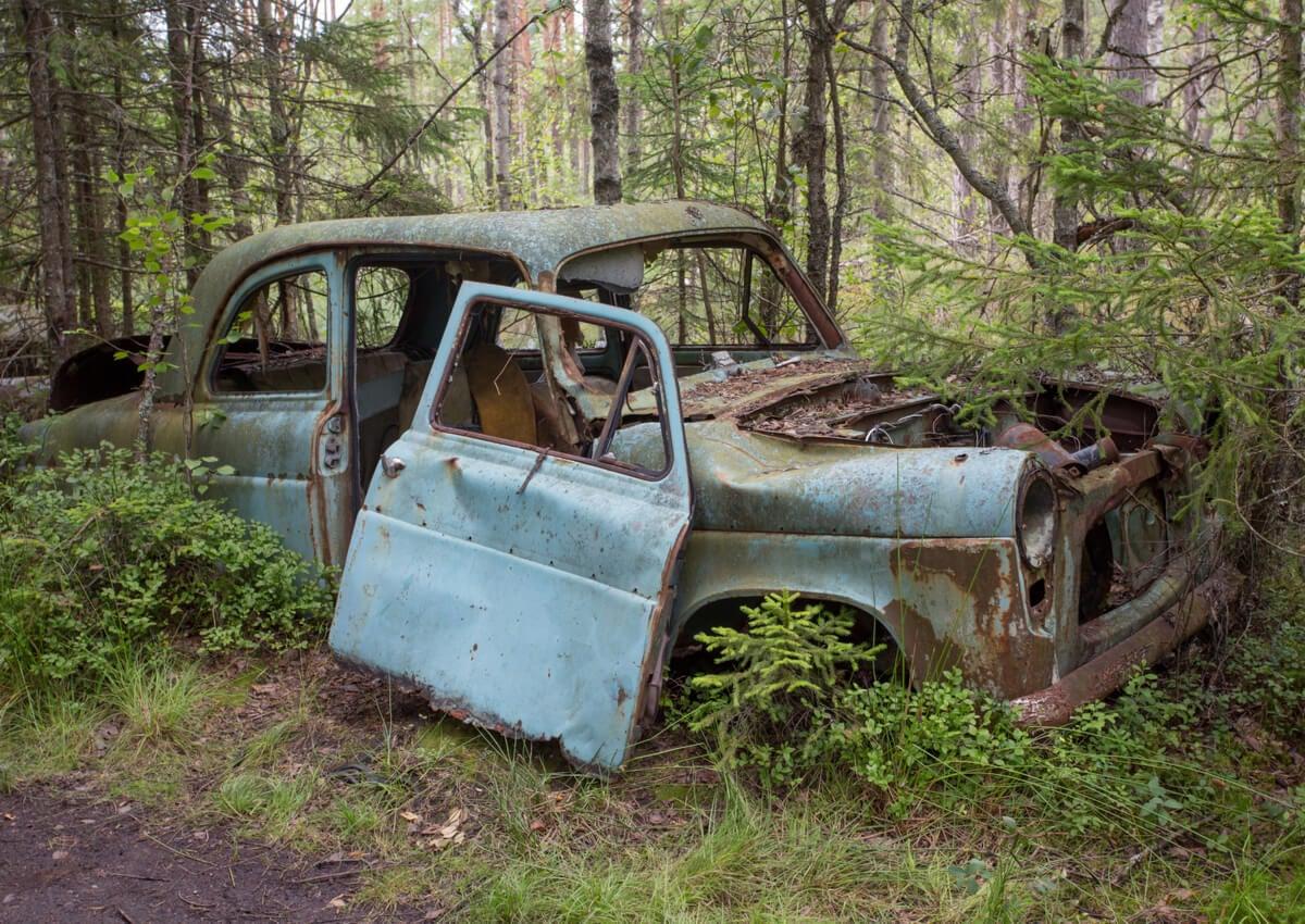 El cementerio de coches de Kyrko es un lugar realmente llamativo en Suecia.