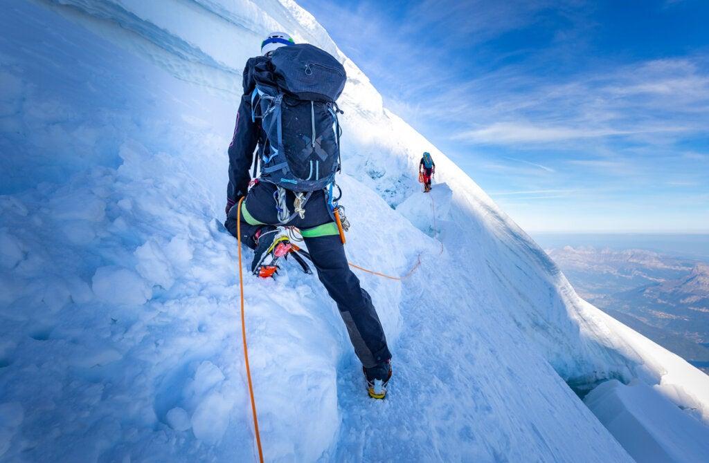 Turistas escalando en el hielo en Islandia en invierno.
