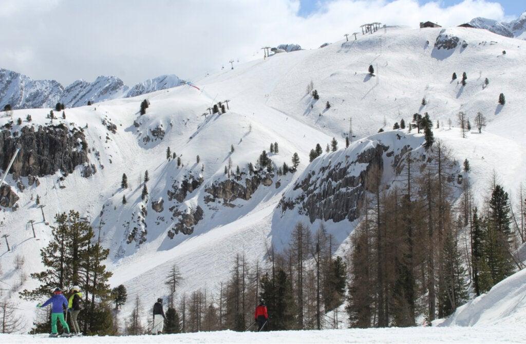 Dolomitas en Italia es una región propicia para deportes de nieve y uno de los mejores lugares para visitar en invierno.
