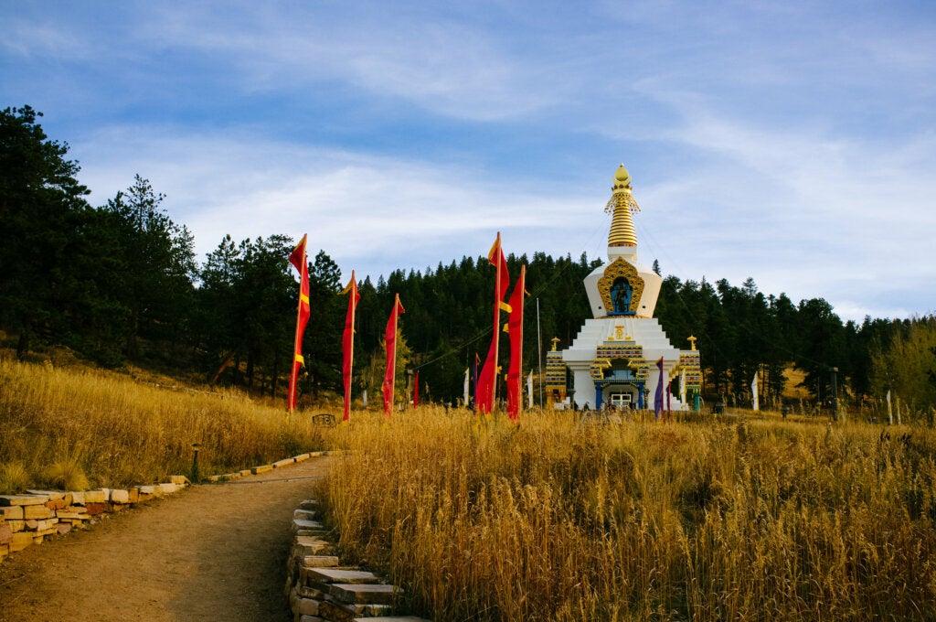 La estupa de Dharmakaya llama mucho la atención en el paisaje de Colorado.