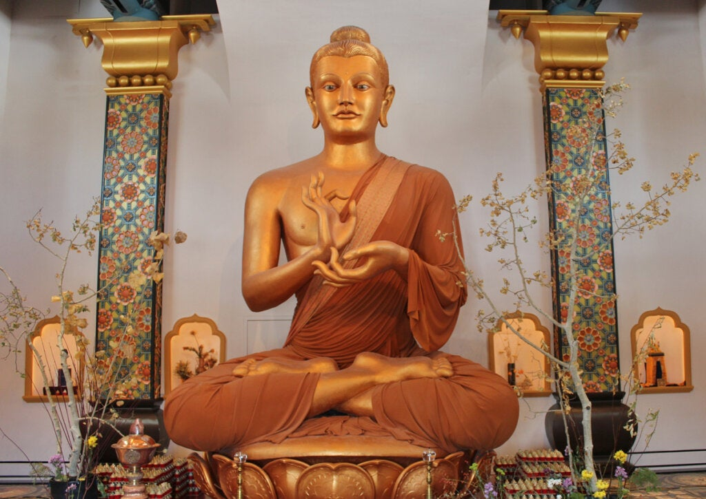 En el interior de la estupa se puede encontrar una escultura de Buda.