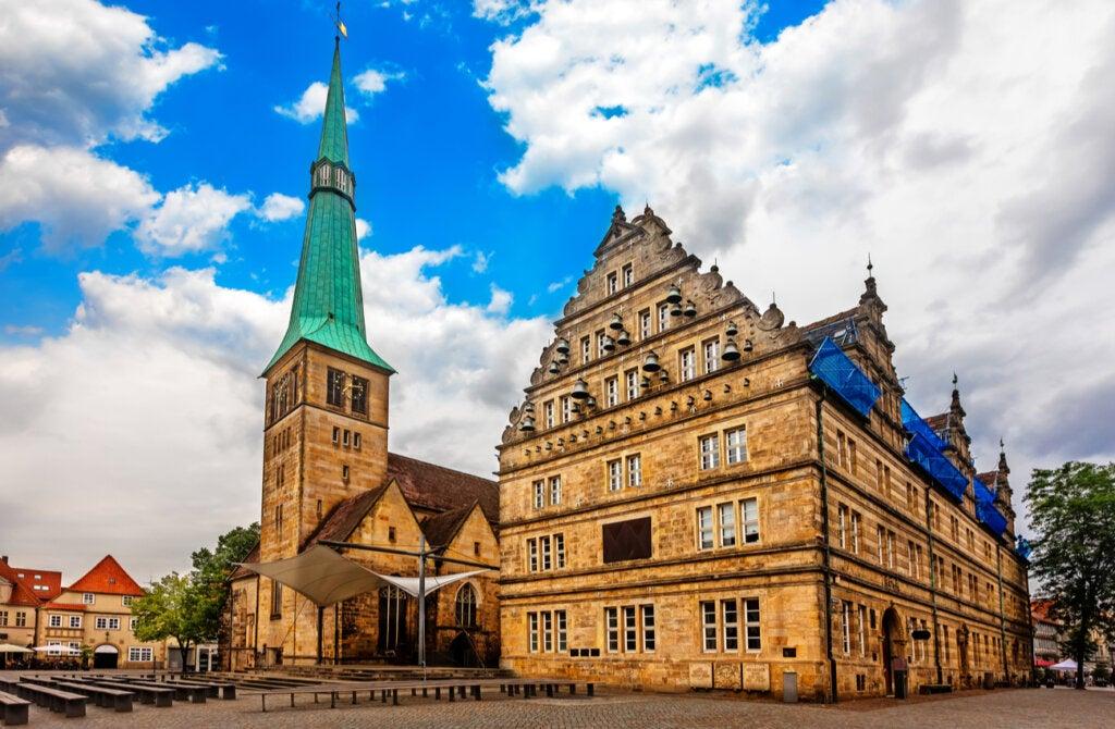 La iglesia de San Nicolás es una de las grandes construcciones de esta ciudad.