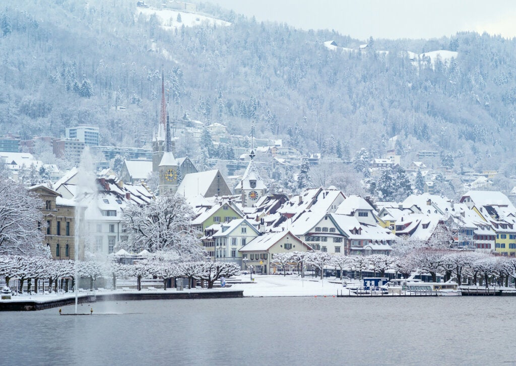 Preciosa postal del lago Zug en invierno.
